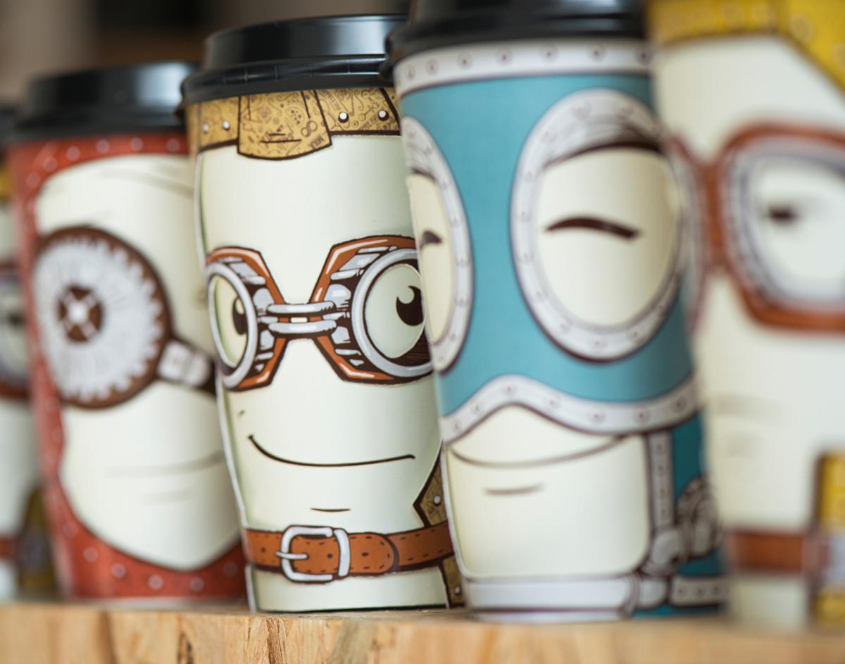 nært på kaffekopper med ansikt